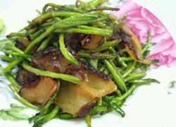 野藜蒿炒乡里腊肉